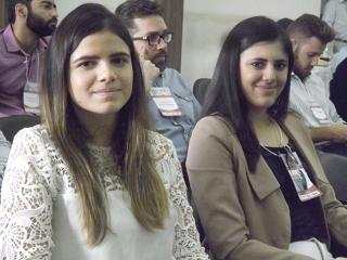 As irmãs Giovanna e Isabella de Paula Marinho cursam medicina na UEMG (Universidade do Estado de Minas Gerais) e se mostravam bem animadas com o congresso.