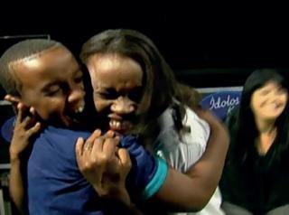 Matheus com a mãe Marcelina ao saber que ficou entre os 10 finalistas.
