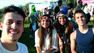 Davi Barros Botrel, Jéssica Ribeiro, Ana Flávia Lemos e Pedro Brandão passeando entre um palco e outro no festival.