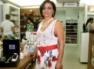 A empresária de farmácia, Cida Nunes, em seu estabelecimento; ela e a proprietária do imóvel continuavam negociando.