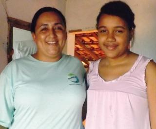 Valdirene com a sua filha Vitória desejam a recuperação da Igreja.