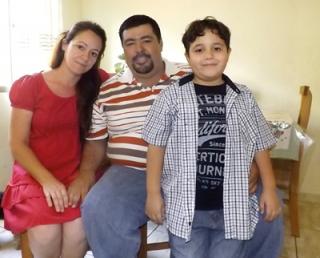 O garoto Henrique Maia Reis com sua mãe Sandra Maia Campos Reis, bibliotecária e seu pai Alexandre Adriano Reis conhecido como Chandelle, instrutor de auto-escola.