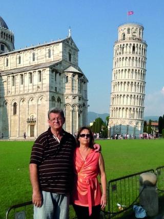 Na Itália, Oriovaldo de Oliveira Filho e Maria da Graça Calixto de Oliveira visitaram a tradicional torre de Pisa, na cidade que leva o mesmo nome.