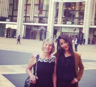 Lívia e sua tia Wanise a qual a recebeu de casa e braços abertos em NY indo assistir a um espetÃÂ¡culo de ballet.