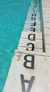 Piscina em formato de caderneta de Jorge Macchi