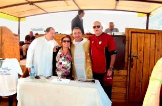 Ao lado dos padres João Ademir e Clóvis acompanhados de um turista durante missa no Mar da Galileia.