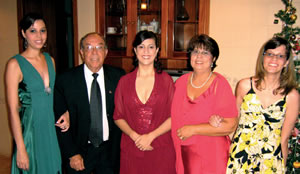 Vanessa (à dir.) procura levar uma vida normal. Na foto com seus pais José Daniel Melo e Cida, irmãs Sabrina e Thamara.