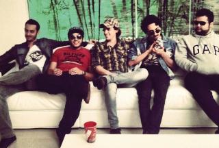 Da esquerda para a direita: Thiago Tatto (baterista), Stéfano ´Kiança` (guitarrista solo), Leandro Rooco (vocalista), Léo Mosquito (guitarra base) e Léo Tuba (baixo).