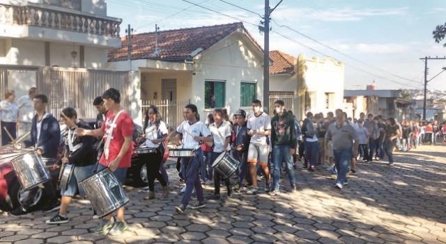 Alunos durante passeata no entorno da escola.