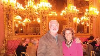 Casal no Palácio de Borghese durante aniversário de Glorinha.