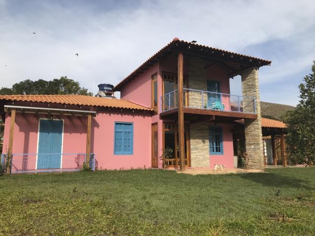 """Vista da fachada da casa principal de Tereza Sawaya; integraÃÆ'Ã'§ÃƒÃ†Ãƒ¢â'¬â""""¢ÃƒÆ''£o com a natureza."""
