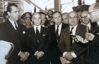 À esquerda, o presidente JK.