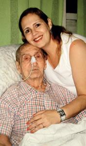 Anice e seu pai Jamil Simão; opção por cuidar em casa.