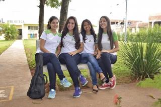 Estudantes aproveitam área verde do campus para colocar a conversa em dia. Luciana de Melo (a segunda, da esquerda para a direita) consegue conciliar estudos, pesquisa e momentos de lazer.