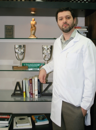 O psiquiatra Dr. Renato Silveira Silva: O seu humor se modifi ca e com o avançar da doença o paciente não reconhece mais as pessoas do seu convívio.