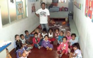 Professora Ana Tereza com as crianças do maternal 1: Entidade atende 190 crianças entre 6 meses e 5 anos de idade.