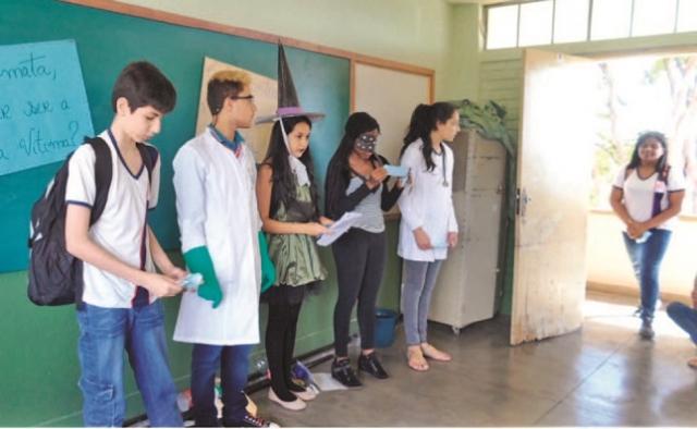 Alunos durante encenação em sala de aula da Escola Tancredo Neves.