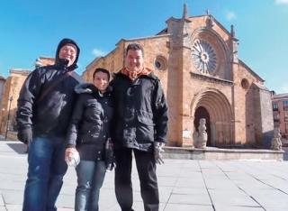 Marcelo, Rita Natir e Marcos Esper em frente a Igreja de São Pedro em �vila, Espanha.