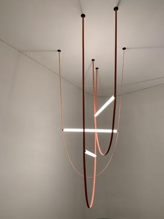 FLOS investe em inovação e em grandes designers como Philippe Starck e Patricia Urquiola no ramo da iluminação.