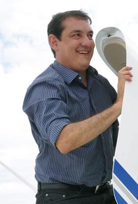 Renato descendo do avião no momento de sua chegada em Passos onde a população o aguardava para uma carreata.