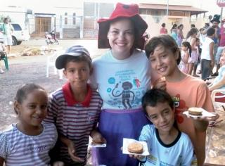 Mariana Lima com as crianças que participaram das brincadeiras do projeto.