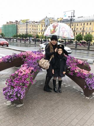 As ruas em SÃÆ'Ã'£o Petersburgo sÃÆ'Ã'£o enfeitadas com flores.
