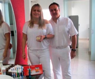 O casal de cirurgiões-dentistas Dr. Antônio R. Pinto Junior especialista em periodontia, prótese dentária e implantodontia e Dra. Adriana Libânio especialista em periodontia.