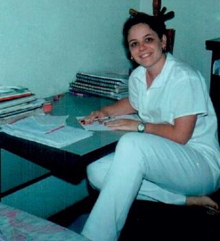 Enza em uma das infindas noites de estudo. �Eu era uma aluna aplicada, dava aula particular de metodologia e cardiologia para colegas.�