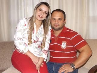 O casal de enfermeiros Eniandra Oliveira Aragão e Alexander Silva Araújo.