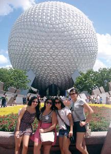 Camila Machado Araújo e as amigas: Angela Ocasio Ardila, Fatten Khalifah Gamboa e Ana Jimenez no Epcot.