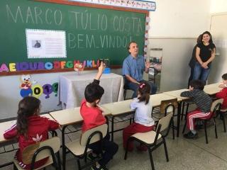 Marco Túlio interagindo com as crianças.