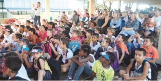 Alunos assistem à encenação da dengue.