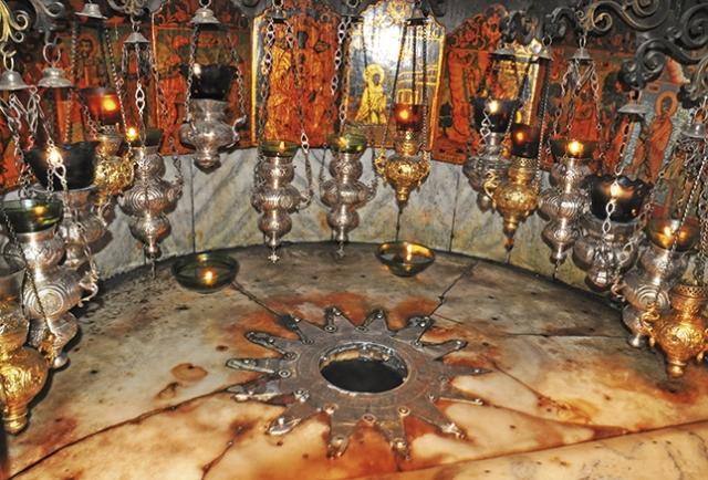 A estrela de prata de 14 pontas marca o local exato do nascimento de Cristo.