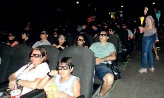 O público com os óculos especiais assistindo a fi lme produzido em 3D.