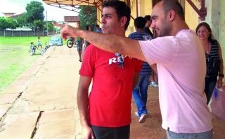 Thales Di Carmo e Maurílio discutindo sobre pontos do cenário.