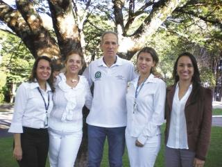 Equipe multidisciplinar. Da esquerda para a direita: Cibele (Assistente Social); Rosangela (Enfermeira), Luiz Carlos (Educador Físico); Raquel (Enfermeira) e Jaqueline (Psicóloga). Ainda fazem parte da equipe os médicos do trabalho Dr. Jorge Nelson e Dra. Marcia Nogueira.