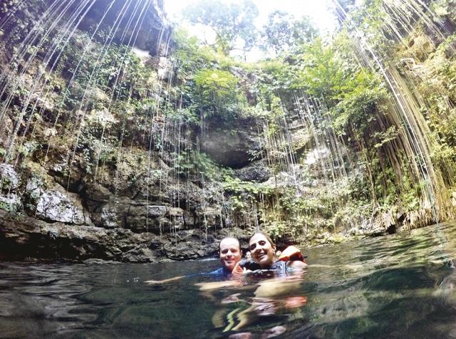 Weder e Dayane durante um mergulho no cenote.