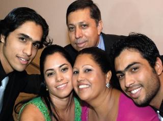 Daniela com os irmãos Danilo e Daniel, e os pais Lázaro e Elisabeth.