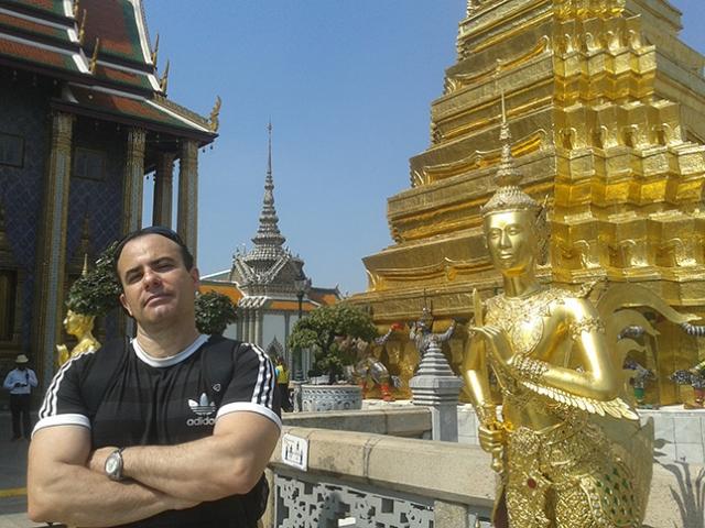 Wat Phra Kaew – antiga capela real situada ao lado do Grande Palácio; em seu interior o templo do Buda de Esmeralda, o mais sagrado do país.