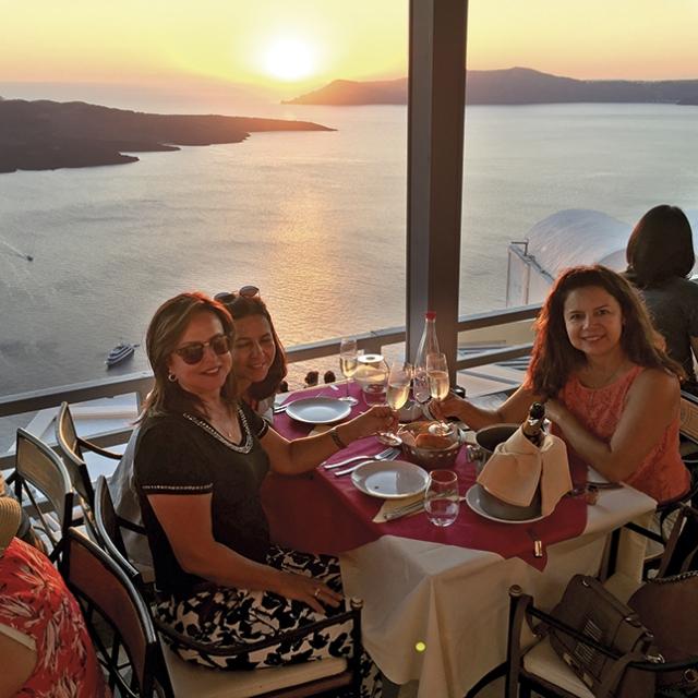 Um brinde durante o pôr do sol em Santorini.