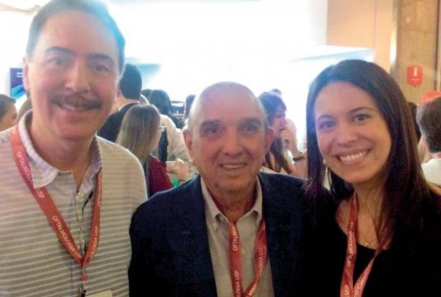 Dr. Evaldo e Dra. Elisa ladeando o oftalmologista Dr. Eduardo Soares.