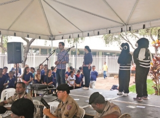 Michael aproveita evento na praça para falar sobre a dengue.