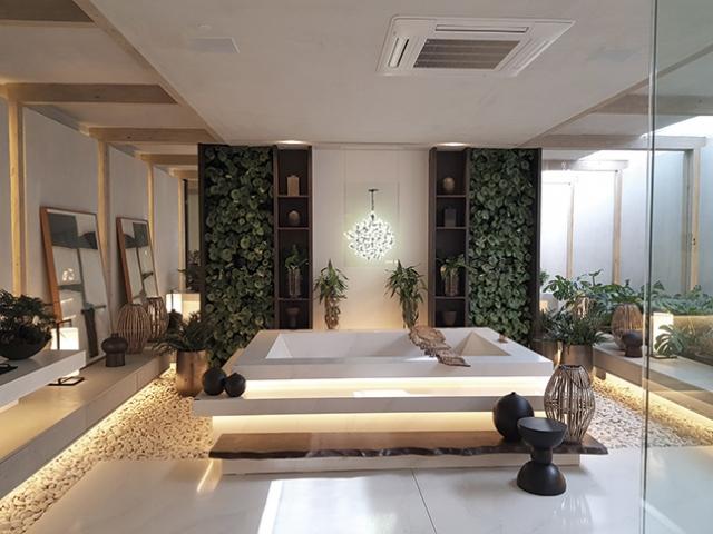 Casa Consentino, por Débora Aguiar: Este banheiro se torna uma verdadeira casa de banho, com bastante iluminação natural, vegetação e uso de elementos naturais, como madeira, pedras, trazendo a natureza para dentro dos espaços. O elemento central é a banheira em Silestone.