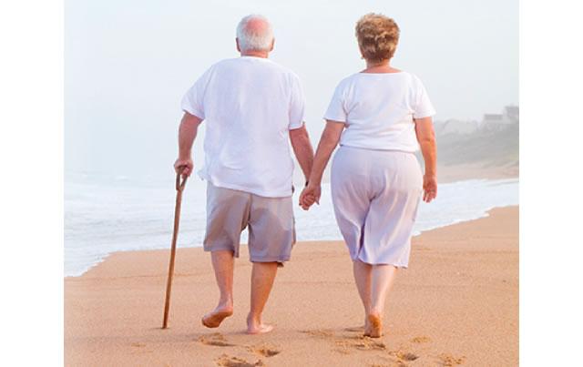 Pela 1ª vez uma pesquisa confi rma que caminhar reduz a invalidez física dos idosos
