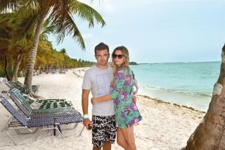Luiz Henrique e Cláudia Minchillo posam em cenário de Punta Cana.