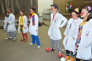 O grupo Expresso Alegria divertiu o público na abertura da Semana de Enfermagem Integrada de Passos.