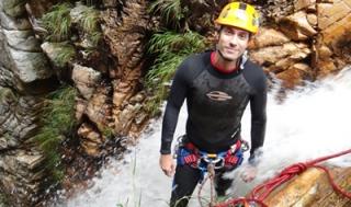 Fracionamento de um trabalho de corda de 32m, sendo 10 até esse ponto e mais 22 até o chão. O apoio para os pés é mínimo e o volume d'água extremamente forte.