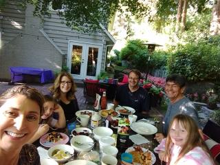 Em Vancouver, almoço no quintal com os amigos Jessica, Andrew e suas filhas Bella e Bianca.