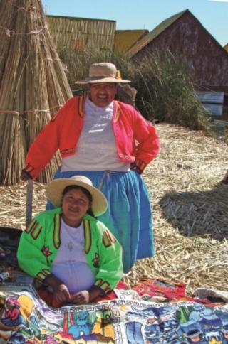Mulheres com artesanato da Ilha de Uros.