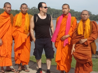 Leder Vianney Batista e monges budistas- Contraste cultural ocidente x oriente.